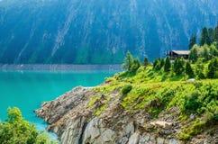 Lago azul con los picos de las montañas, Austria Foto de archivo