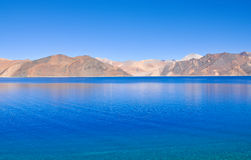 Lago azul de la montaña Imágenes de archivo libres de regalías
