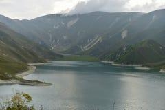 Lago azul de la montaña por la tarde imágenes de archivo libres de regalías