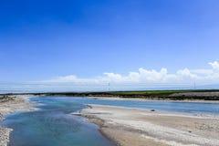 Lago azul debajo del cielo Foto de archivo libre de regalías
