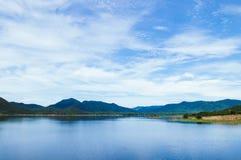 Lago azul del reservior de Yang Chum Water con el cielo del verano - Tailandia fotos de archivo