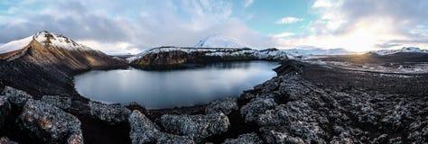 Lago azul do vulcão de Islândia das montanhas Foto de Stock