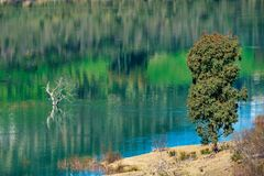 Lago azul em Zahara de la prov?ncia de Serra, Cadiz, a Andaluzia, Espanha fotografia de stock