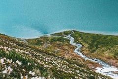 Lago azul en la opinión aérea de las montañas Foto de archivo libre de regalías