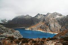 Lago azul en las cordilleras Fotos de archivo