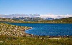 Lago azul en las montañas Fotografía de archivo libre de regalías