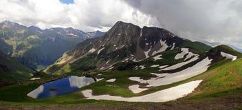 Lago azul en las montañas Imagenes de archivo