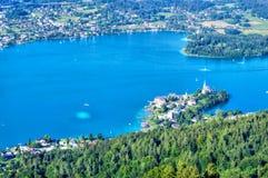Lago azul en las montañas austríacas, visión aérea 3 Foto de archivo libre de regalías