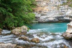 Lago azul en las rocas imagen de archivo