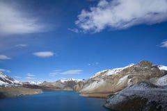 Lago azul en mucha altitud, Tilicho, Nepal Imagen de archivo