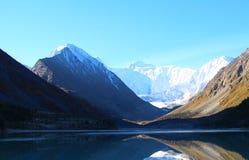 Lago azul entre las monta?as de las monta?as de Altai fotos de archivo