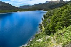 Lago azul entre montes Fotografia de Stock Royalty Free