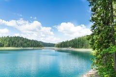 Lago azul hermoso foto de archivo