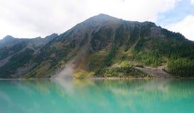 Lago azul hermoso Kucherla Reflexi?n de monta?as en el agua Vacaciones de verano en las monta?as o fotos de archivo libres de regalías