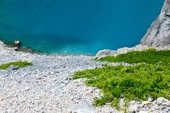 Lago azul Imotski en el cráter de la piedra caliza cerca partido Foto de archivo libre de regalías