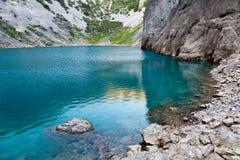 Lago azul Imotski en el cráter de la piedra caliza cerca partido Imagen de archivo libre de regalías