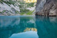 Lago azul Imotski en el cráter de la piedra caliza cerca partido Foto de archivo