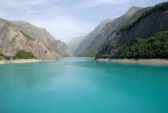 Lago azul nas montanhas Fotos de Stock Royalty Free