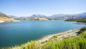 Lago azul no fundo das montanhas na Creta foto de stock royalty free