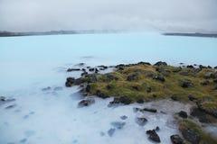 Lago azul perto da lagoa azul fotografia de stock royalty free