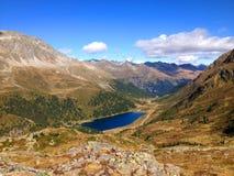 Lago azul profundo de la montaña foto de archivo