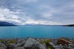 Lago azul Pukaki bajo tiempo nublado fotos de archivo