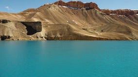 Lago azul que ondula en el viento metrajes