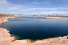 Lago azul y roca roja Imagen de archivo