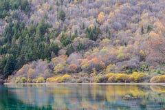 Lago azzurrato La valle del Jiuzhaigou era riconosce dall'Unesco come un sito del patrimonio mondiale e riserva di biosfera del m Fotografia Stock Libera da Diritti