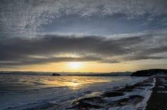 Lago Baikal congelado As nuvens de stratus bonitas sobre o gelo surgem em um dia gelado imagem de stock royalty free