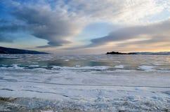 Lago Baikal congelado As nuvens de stratus bonitas sobre o gelo surgem em um dia gelado foto de stock
