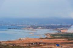 Lago Baikal, negligenciando a cidade de Kultuk, Rússia Fotos de Stock Royalty Free