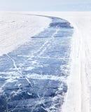 Lago Baikal no inverno Estrada do gelo no Lago Baikal congelado Turismo do inverno Foto de Stock