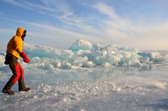 Lago Baikal, Russia, 01 marzo, 2017 Turista che va lungo le collinette sul ghiaccio di Baikal nell'inverno Immagini Stock
