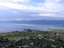 Lago Baikal Uma vila pequena na costa Vista de acima Em uma luz nebulosa azul fotos de stock royalty free