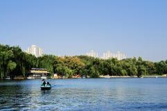 Lago bajo el cielo azul Imagen de archivo