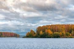 Lago bajo el cielo nublado azul Foto de archivo libre de regalías