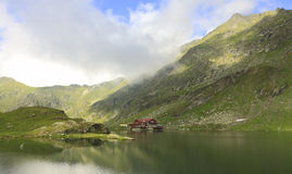 Lago Balea, montañas de Fagaras, Rumania Imagen de archivo