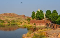 Lago Balsamand en Jodhpur, la India fotos de archivo