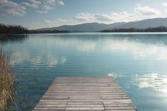 Lago Banyoles con il pilastro di legno Immagine Stock