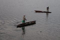 Lago barcos del paseo de la gente pescadores, foto de archivo