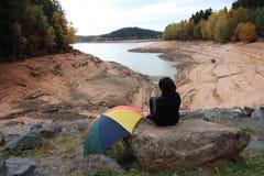 Lago barrage con pochi acqua a causa di riscaldamento globale Immagine Stock