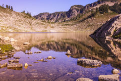 Lago basso con le rocce Immagini Stock
