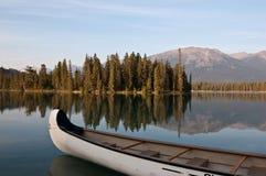Lago Beauvert en el jaspe, Alberta, Canadá Imágenes de archivo libres de regalías