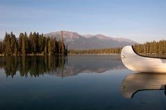Lago Beauvert en el jaspe, Alberta, Canadá Foto de archivo libre de regalías