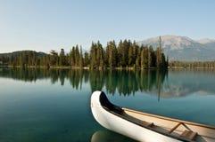 Lago Beauvert en el jaspe, Alberta, Canadá Foto de archivo