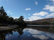 Lago Beinn un Mheadhoin en Glen Affric imagenes de archivo