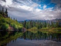 Lago bench, Mt Rainier National Park fotos de archivo libres de regalías