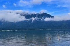 Lago Beratan por la tarde en la isla de Bali Imagenes de archivo