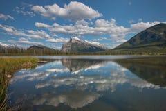 Lago bermellón Imagenes de archivo